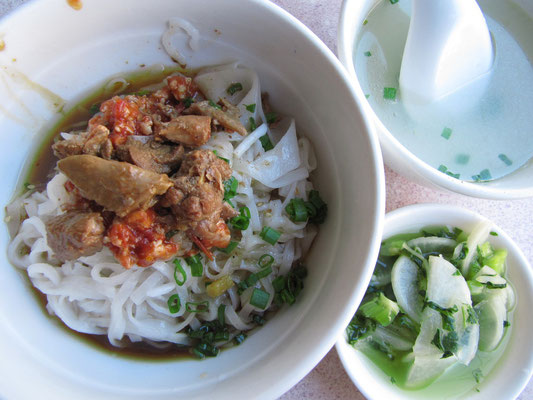 Reisnudeln mit Chillihühnchen, dazu Rettichsalat und Suppe.