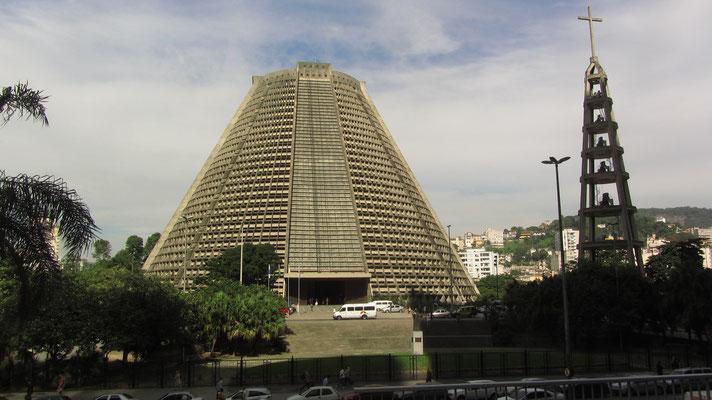 Die modernistische Catedral Metropolitana von Rio heißt mit vollem Namen eigentlich Catedral de São Sebastião do Rio de Janeiro. Sie ist nach dem Patron der Stadt benannt und wurde 1979 fertiggestellt.