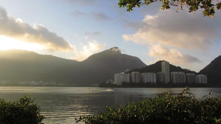Direkt hinter Leblon und Copacabana liegt der Lagoa Rodrigo de Freitas. Auf dem Hügel im Hintergrund der die Christusstatue zu sehen.