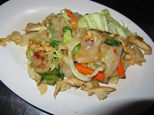 Gebratene Nudeln mit Hühnchen & Gemüse.