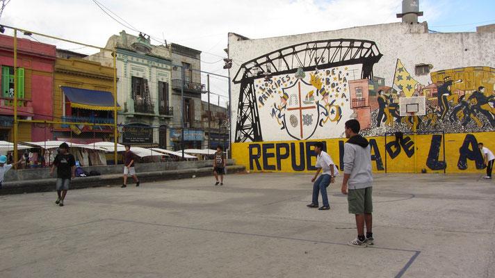 Wie einst Maradonna. Straßenkicker in La Boca.