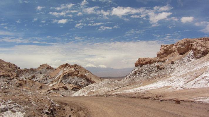 Einige Stellen im Valle de la Luna weisen Salz auf.