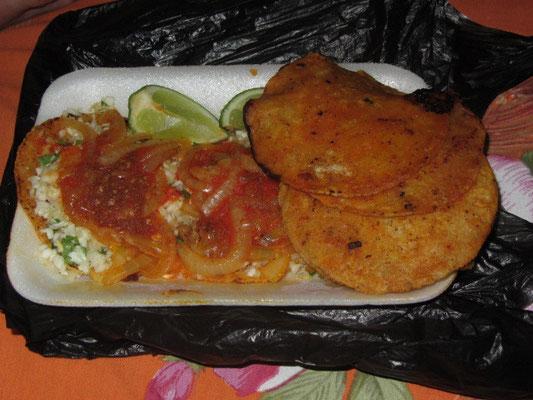 Best Streetfood in San Pedro La Laguna. Tacos Pollo mit Limone und Zwiebeln.