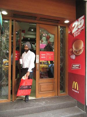 Herr Singh verlässt seinen Edelamerikaner.