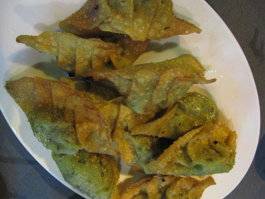 Mit Fleisch oder Gemüse gefüllte, frittierte Teigtäschchen.