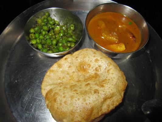 Puri, in Butter gebratene Erbsen & Kartoffelcurry wurden uns noch schnell vor der Abfahrt aus Kolkata serviert.