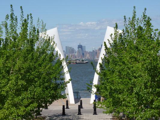 Die Skulptur wurde zum Gedenken an die 274 Bewohner von Staten Island unter den Opfern der Terroranschläge des 11. September 2001 sowie des Bombenanschlages auf das World Trade Center 1993 errichtet.