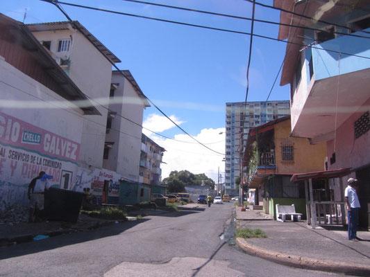 Im Taxi durchqueren wir das lebensgefährliche Viertel El Chorillo.