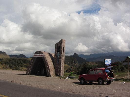 In den Anden auf mehr als 4000m mit dem russischen Auto unseres Gastgebers auf dem Weg zu heißen Quellen.