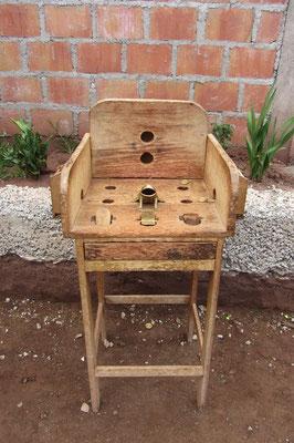 Sapo ist ein traditionelles peruanisches Spiel, bei dem man Münzen auf einen Tisch werfen muss. Das Ziel ist es, die Münze in das Maul einer Kröte zu befördern.