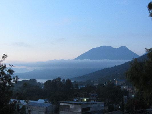 Blick von unserer Terrasse auf den Atitlan-See und den Vulkan San Pedro (3020m).