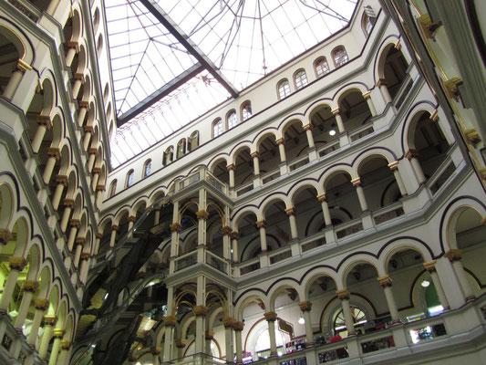 Blick in's pompösen Warenhaus.