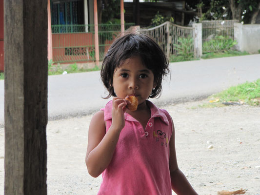 Kind auf der Straße.