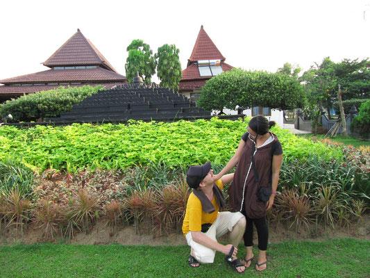 ! (mit einem Mini-Borobodur-Tempel im Hintergrund)