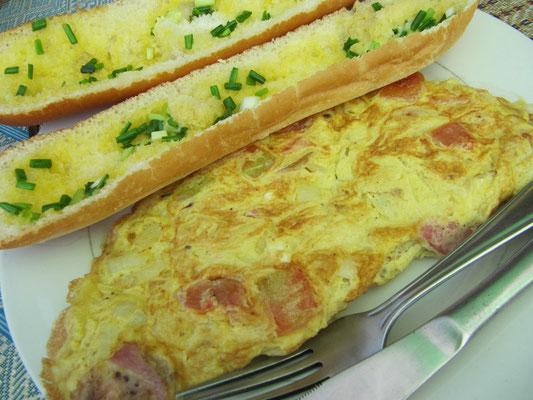 Omelette mit Speck, Tomaten & Zwiebeln, dazu Baguette mit Frühlingszwiebeln.
