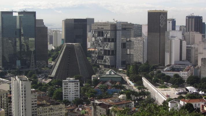 Blick von Santa Teresa auf die Kathedrale und die umliegenden Geschäftsgebäude.