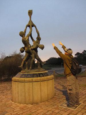 Dieses Monument feiert alle bisherigen Fußballweltmeister.
