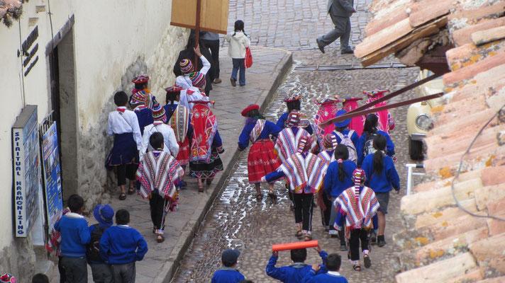 Cusco ist touristisch und trotzdem prägen alte indigene Einflüsse Trachten und das gesamte Erscheinungsbild der Stadt.