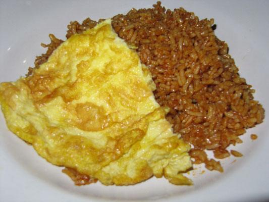 Nasi Goreng mit Omelette.