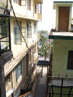 Zwischen den Wohnhäusern.