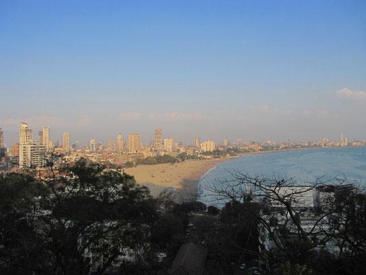 Blick vom Malabar Hill auf den Chowpatty Beach. Vielleicht Mumbais beste Aussicht.