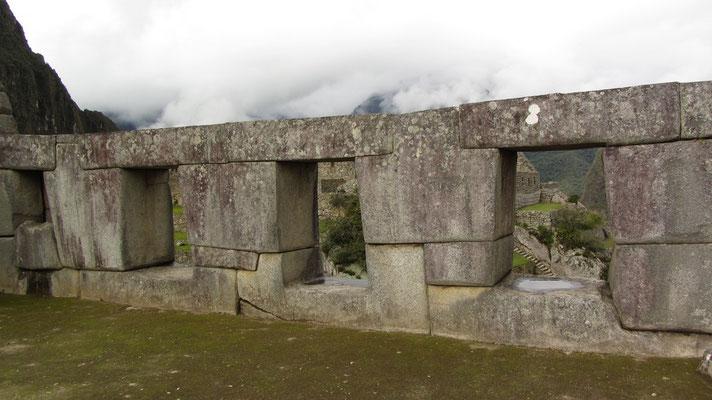 Das vielleicht interessanteste Gebäude des Komplexes ist der Tempel der drei Fenster, ein elegantes Bauwerk, das die ganze Stadt und die umliegende wilde Landschaft beherrscht.