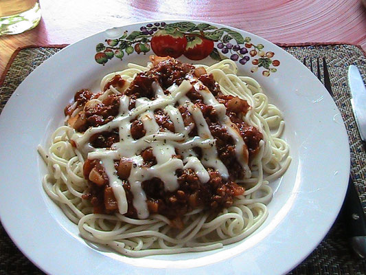 Spaghetti Bolognese mit Käse.