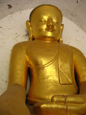 Goldene Buddhastatue im That-byin-nyu-Tempel.