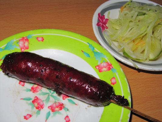 Gegrillte Schweinewurst mit Papayasalat.