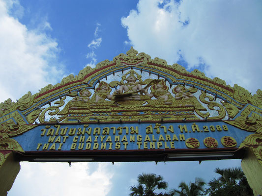 Eingangstor zum Wat Chaiyamangkalaran (Schlafender Buddha).