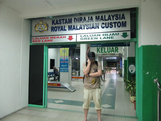 Der Königlich Malaysische Zoll am Ausgang  des ZON-Duty-Free-Komplexes.