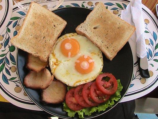 Eier, gebratenes Schweinefleisch, Salat & Toasts.