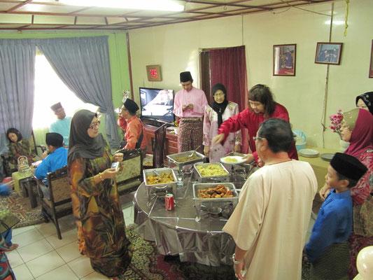 """Open House"" zu Beginn des Hari Raya Aidilfitri. Muslime feiern dabei das Fastenbrechen nach dem Ende des Ramadan-Monats."