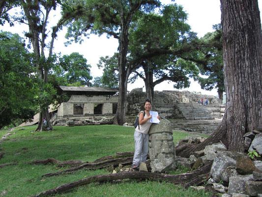 Chihi neben einem Steinkopf. (Akropolis)