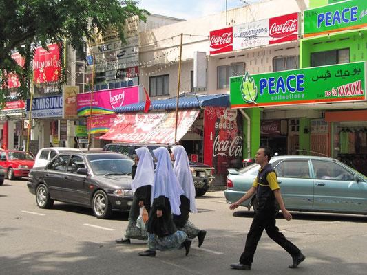 Mädchen mit islamischer Schuluniform.