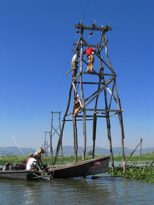 Arbeiten auf einem Strommasten mitten auf dem See. Die Dörfer brauchen ja Strom für ihre Satelitenschüsseln.