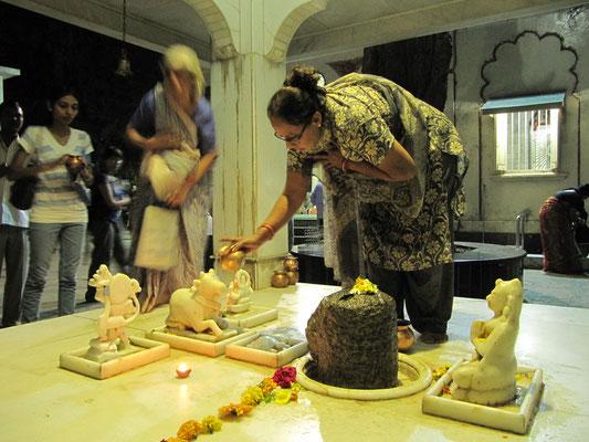 Gläubige in einem Tempel in Mulund.