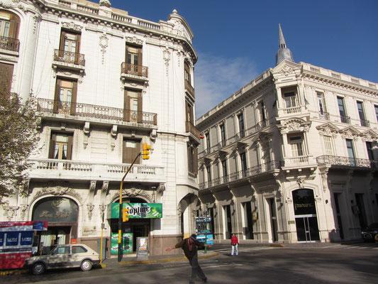 Tänzer auf der Straße mit schönen neokolonialen Bauten im Hintergrund.