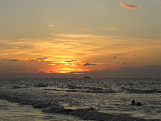Sonnenuntergang an unserem Hausstrand.