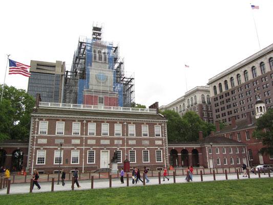 Die Independence Hall. Im Jahre 1775 traf sich der zweite Kontinentalkongress hier und nahm im Jahre 1776 die von Thomas Jefferson ausgearbeitete Unabhängigkeitserklärung an. 1787 wurde die Verfassung der Vereinigten Staaten hier unterzeichnet.