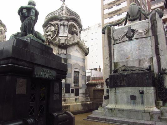 Der Friedhof von Recoleta ist der Friedhof der Reichen und Berühmten, mit vielen Mausoleen und Tempeln in verschiedensten Baustilen.
