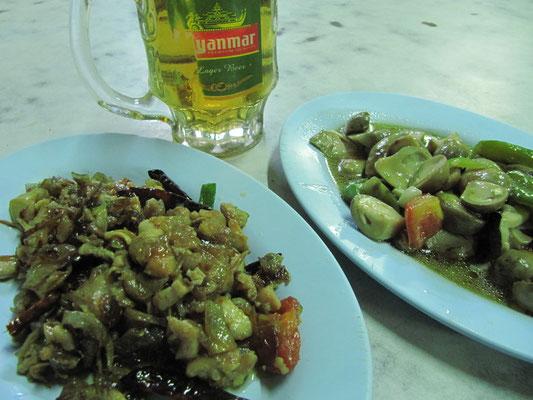 """Gebratenes Pilzgemüse, gebratenes Fleisch mit Gemüse & ein kaltes """"Myanmar""""-Bier."""