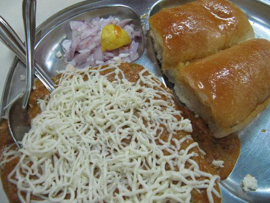 Curry mit Käse überstreut, dazu frisches Brot. Hammer und schon wieder vegetarisch.