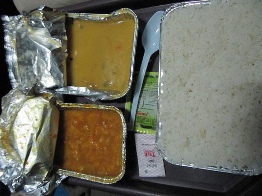 Im Zug ist das Essen einfach. Reis, Dal & Gemüsecurry.