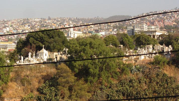 Blick auf den hochgelegenen Friedhof.