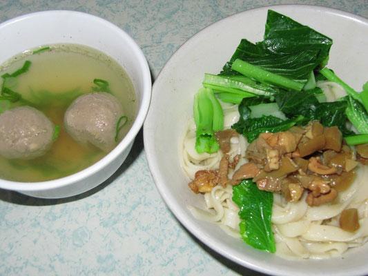Mie Ayam Bakso. Ich fasse zusammen: Nudeln + Huhn + leckere Fleischbällchen. Hier in der Konstellation Nudeln mit Suppe und nicht Nudeln in der Suppe.