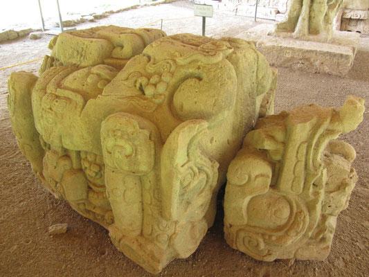 Altar vor der Stufen vor der Hieroglyphentreppe. Der Altar zeigt eine Schlange aus dessen Kiefer ein Menschenkopf austritt.