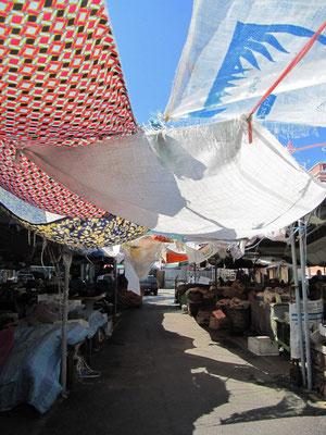 Markt mit viel Schatten.