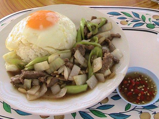 Gebratenes Rindfleisch mit Chilli, dazu Reis und Spiegelei.