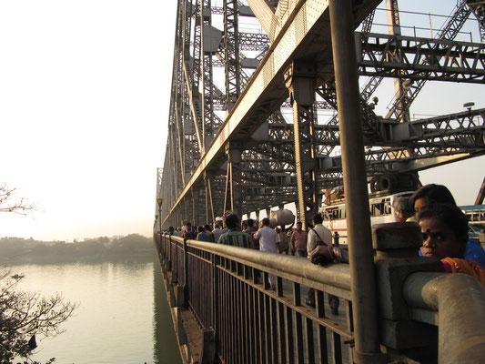 Die Howrah-Brücke ist eine der meistbefahrenen Brücken der Welt.